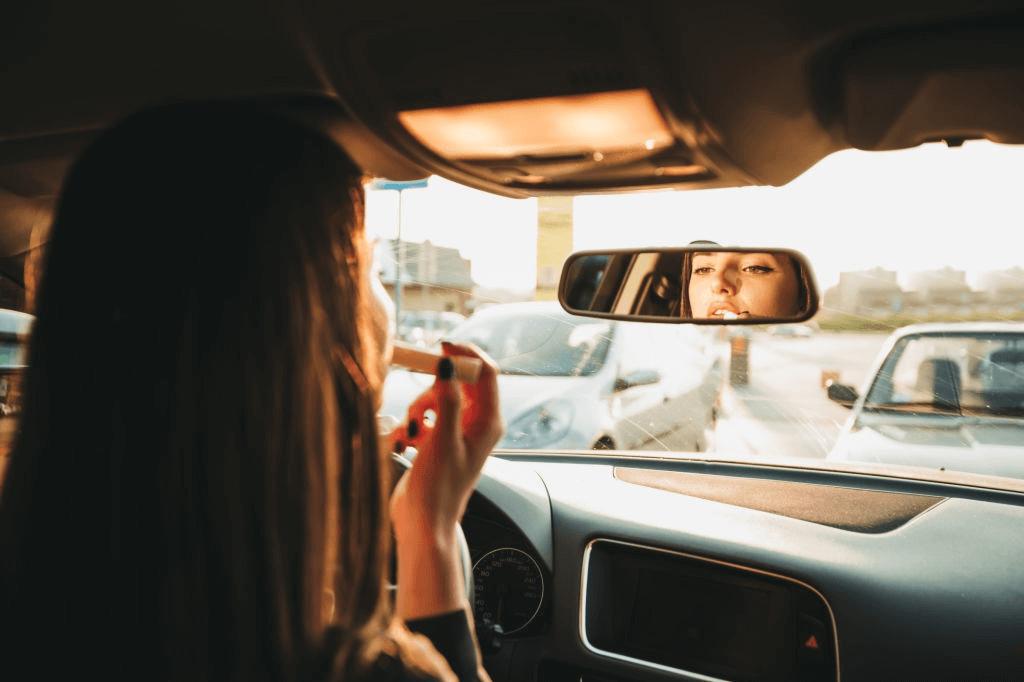 kaca spion mobil bagian depan sering juga digunakan sebagai cermin untuk diri sendiri