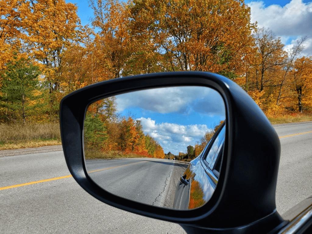 kaca spion mempermudah melihat bagian belakang mobil
