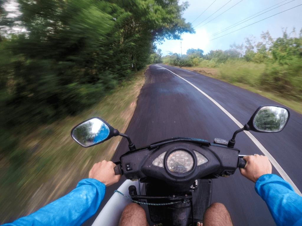 kaca spion pada motor yang sangat berguna dalam berkendara