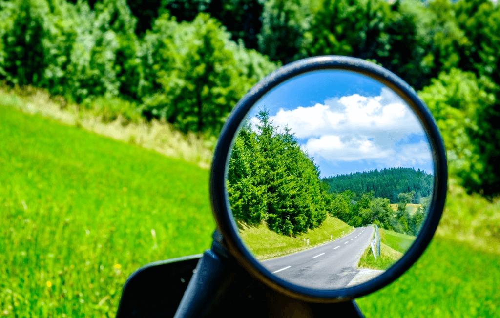 kaca spion pada motor memiliki fungsi yang sangat kritis dalam berkendara