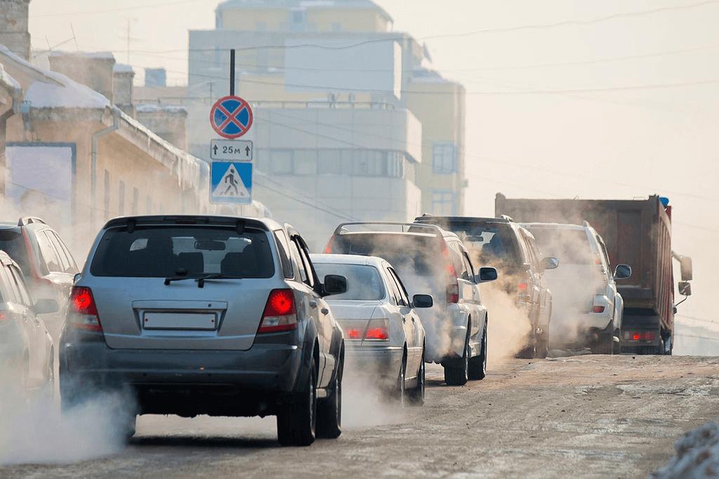 asap kendaraan di jalanan