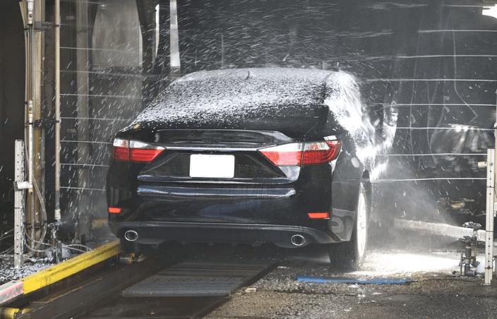 salon mobil sedang mencuci kendaraan