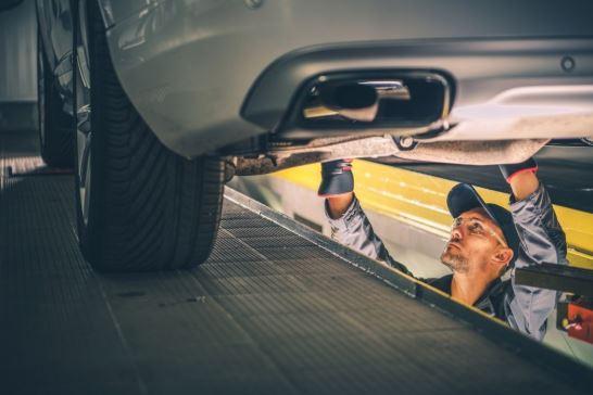 servis mobil idealnya dilakukan per 10.000 atau 6 bulan pemakaian kendaraan